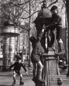 Bimbo che corre a perdifiato con la sua baguette sotto al braccio Il fotografo francese Robert Doisneau ha amato molto il mondo dei bambin...