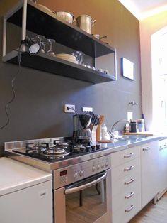 Schöne Küche mit dunkelgrauer Wand, Anrichte aus Metall sowie Kaffemaschine und alles was das Herz begehrt.  Wohnen in Berlin-Schöneberg. #Berlin #Kücheninspiration #kitchen