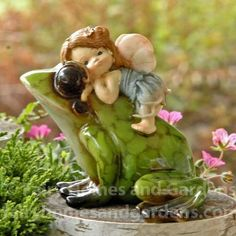 Little Fairy rides on the back of her shiny pet frog. Miniature Fairy Figurines, Miniature Fairy Gardens, Baby Fairy, Love Fairy, Ears That Stick Out, Clay Fairies, Fairies Garden, Gnome Garden, Pet Frogs