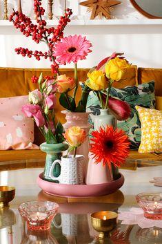 MY ATTIC / bloemen / livingroom / boeket / flowers Photography: Marij Hessel flowerdecorations Table Setting Inspiration, Interior Inspiration, Flower Vases, Flower Arrangements, Bouquet Flowers, Home Decor Furniture, Diy Home Decor, Flower Power, Interior Exterior