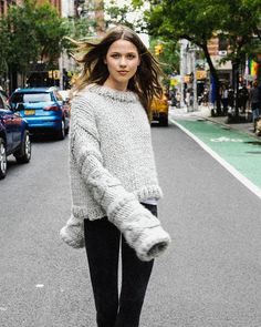 Surma Sweater - We are Knitters / Patron pour tricoter un pull oversize Pull Grosse Maille, Jumper, Marie Claire, Pulls, Casual Chic, Pullover, Fashion Outfits, Knitting, Sweaters