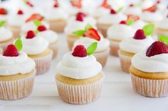 Aprende a hacer esta receta de cupcakes de vainilla profesional en pasos detallados y con muchas imagenes.