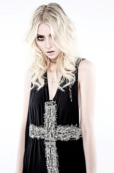 Taylor Momsen- The Pretty Reckless-Heaven Knows