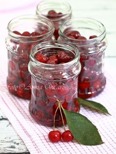 Wiem co jem - Wiśnie w słoikach bez cukru i soku Creative Food Art, Fruit Picture, Christmas Food Gifts, Simply Recipes, Sweet Cherries, Polish Recipes, Canning Recipes, Fresh Fruit, Food And Drink