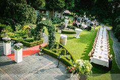 Overzicht van een prachtig aangeklede tuin ter ere van een tuinbruiloft.