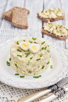 Egg šalát s tuniakom Finger Food Appetizers, Appetizers For Party, Appetizer Recipes, Timbale Recipe, Tapas, Good Food, Yummy Food, Romanian Food, Romanian Recipes