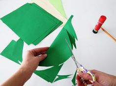Have fun making a paper leaves garland in 30 minutes. It's the perfect decor to create a jungle nook or for a tropical party! Safari Party, Jungle Party, Paper Leaves, Paper Flowers, Winter Party Decorations, Diy Safari Decorations, Havana Nights Party, Winter Diy, Leaf Garland