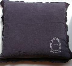 pellavatyyny pitsireunuksella ja printillä, charbon (hiilen musta), 65x65cm (out of stock)