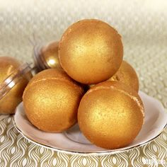 If you're looking for a super luxurious bath experience, these Midas Touch Bath Bombs are the project for you! Covered in King's Gold Mica, these bath bombs fill the tub with gold shimmer and leave sparkle on the skin.Cocoa butteris addedto the dry ingredients to create a barrier on the skin that helps retain and …