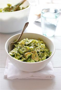 farfalle pasta with chicken and spinach pesto food farfalle pasta chicken meat spinach pesto pesto spinach basil garlic parmesan cheese bow tie pasta milk Healthy Food List, Healthy Foods To Eat, Healthy Snacks, Healthy Eating, Healthy Recipes, Healthy Dishes, Diet Foods, Healthy Life, Caesar Salat