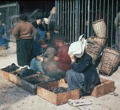 IlPost - Venditrici di cozze, nel 1920. (Paris 1914) - Venditrici di cozze, nel 1920.  (Paris 1914)