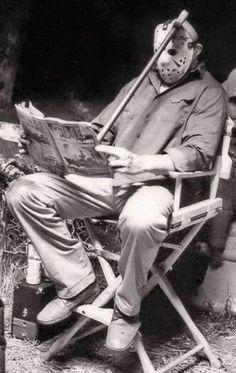 'VIERNES 13. 3ª PARTE' (STEVE MINER, 1982) Jason Voorhees leyendo la revista 'Time' en un descanso del rodaje.