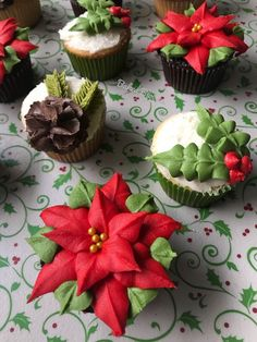 christmas cupcakes Photo from bakedbl - weihnachten Christmas Cupcakes Decoration, Christmas Cake Designs, Holiday Cupcakes, Holiday Baking, Christmas Desserts, Winter Cupcakes, Cupcake Decorations, Cupcake Ideas, Christmas Snacks
