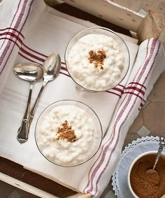 Arroz con leche y miel. (Rice, milk and honey) Spanish Desserts, Spanish Food, Sweet Desserts, Delicious Desserts, Yummy Food, Desserts Around The World, Look And Cook, Sin Gluten, Mexican Food Recipes