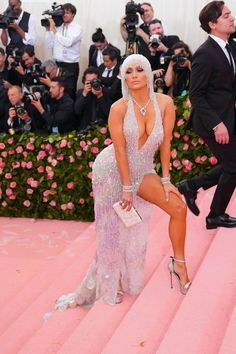 Jennifer Lopez looking gorgeous at the 2019 Met Gala red carpet in her custom Versace gown. Gala Dresses, Sexy Dresses, Jennifer Lopez Fotos, Kendall Et Kylie, Met Gala Outfits, J Lo Fashion, Versace Gown, Rachel Brosnahan, Leder Outfits