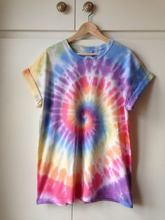 Handmade Clothes, Diy Clothes, Cute Tie Dye Shirts, Tie Dye Crafts, Tie Dye Fashion, Tie Dye Techniques, How To Tie Dye, Tie Dye Outfits, Hippie Outfits