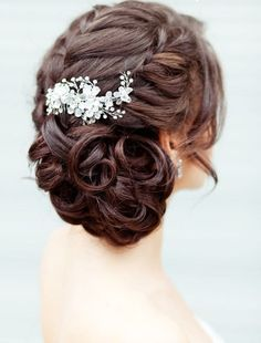 coiffure mariage tresse latérale avec un chignon discret bas cheveux long boucl. Curly Wedding Updo, Wedding Hairstyles For Medium Hair, Wedding Hair And Makeup, Bride Hairstyles, Pretty Hairstyles, Hair Makeup, Hair Wedding, Hairstyle Wedding, Sweet 16 Hairstyles