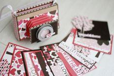 Deze camera van papier ziet er heel schattig uit! In de body zitten gescrapte kaartjes waar je een boodschap, quote of foto kwijt kunt. Merdrew Chew legt je stap voor stap uit hoe je het gevouwen gedeelte aan de voorkant van de camera maakt.