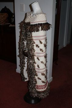 Traditional Maori Weaving for Korowai and Kete Polynesian People, Flax Weaving, Feather Cape, Capes & Ponchos, Maori Designs, Maori Art, Art Carved, Beading Patterns, Sewing Crafts