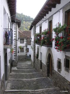 Ochagavia, Navarra Pamplona, Beautiful Places To Visit, Wonderful Places, Small Places, Places To Go, Travel Around The World, Around The Worlds, Virtual Travel, Old Buildings