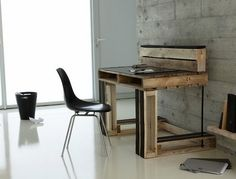 You will definitely be surprised to know that you can create this exquisite study table with pallets in a negligible cost and effort. Personal study space is the need of almost everyone and they are literally expensive in the markets that not everyone can afford. The best is this pallet wood workstation that is affordable, creative and cool.