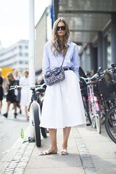 Pin for Later: 40 fabelhafte Outfits für den Rest des Sommers Sommer Street Style Klassisch - aber mit einem Twist. Dank eines ausgefransten Rocks sowie trendy Sandalen.