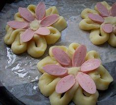 Netradiční příloha z klasických surovin. Bramborová kaše ve tvaru kytičky, ozdobená párečkem, sýrem a sezamem.
