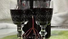 Bezový likér | recept na vynikající likér z kuliček černého bezu Winter Drink, Destiel, Red Wine, Wine Glass, Alcoholic Drinks, Food And Drink, Herbs, Champagne, Tableware