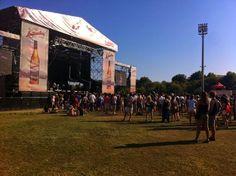 """Escenario principal del low festival visto desde el stand de Ktuin. Articulo de """"El blog de la agencia Makoondo""""."""