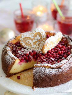 Puolukoilla kuorrutettu juustokakku. Uunissa pehmeäksi paistettu juustokakku maistuu joululta appelsiinin, sekä koristeena käytettyjen puolukoiden ja piparkakkujen vuoksi.