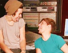 baahahahahahahah! gif..just saying...THIS is the larry that i love and cherish...