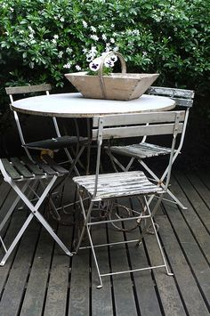 Love this bistro set! I'm looking for one that all the chairs have arms! Very French!