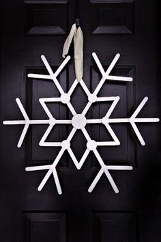 Yummy white on black giant snowflake in a Christmas wreath style from Welke.nl gemaakt van ijslolly stokjes! #europe #white