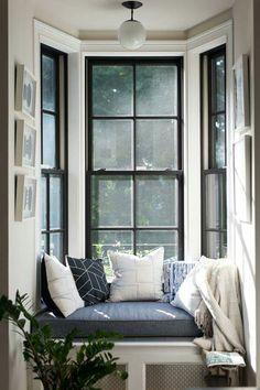 Zwart op de glaslatjes achter zodat er een zwarte lijst ontstaat om het raam. Combineren met zwarte deuren