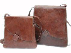 Fairtrade schoudertas met schuine klep van ecologisch leer, maat M. Verkrijgbaar in onder andere zwart, naturel, blauw en rood voor €75,95.
