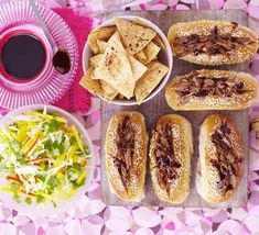 Sticky duck-dogs with chopped mango slaw & Chinese crisps. erve shredded hoisin duck in hot dog rolls with crunchy Asian slaw and pancakes baked into tortilla-style homemade chips Hamburgers, Hot Dog Rolls, Baked Pancakes, Homemade Chips, Asian Recipes, Ethnic Recipes, Duck Recipes, Asian Slaw, Crisp Recipe