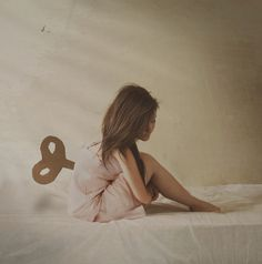 I adore this lovely lady's photography style..simply lovely. Very whimsical and romantic, I so want to try this :)