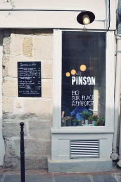 Café Pinson, located in the heart of the Upper Marais, promotes a healthy way of eating and enjoying sweets, and offers gluten free and vegan options and freshly squeezed juices.