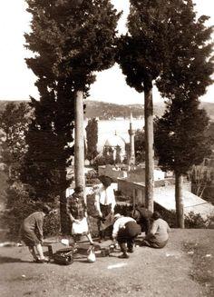 Bebek sırtlarında şimdi istesek de böyle bir piknik hayal edemeyiz (1930lar, Istanbul)  #istanlook #istanbul