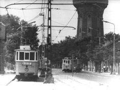 1970-1974. Újpest, Árpád út. A 10-es nyitott peronú villamos végállomása a víztoronynál, és amint látjuk az 55-ösé is. A 10-es másik vége a Megyeri csárdánál, az 55-ösé a Marx térnél volt.A jobb oldalon lévő közvllágítási lámpák vajon milyen szerzetek?