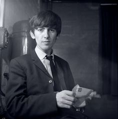 George Harrison, backstage at East Ham Photographer Jane Bown with the Beatles George Harrison, Les Beatles, John Lennon Beatles, Hello Beatles, Great Bands, Cool Bands, Jane Bown, Liverpool, Beatles Photos