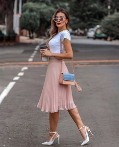 Midi skirt is quite a popular piece lately. That's why we've put together the most awesome midi skirt outfits with different outfit styles. Modest Fashion, Skirt Fashion, Fashion Dresses, Pleated Skirt Outfit, Skirt Outfits, Midi Skirt Outfit Casual, Casual Skirts, Classy Outfits, Trendy Outfits