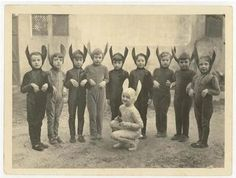 Vintage Halloween Costumes 26 Weird Vintage Photos from the Creepy Olden Days - Picture This The Strange Photos D'halloween Vintage, Vintage Halloween Photos, Vintage Photographs, Halloween Pictures, Halloween Quotes, Vintage Bizarre, Creepy Vintage, Funny Vintage, Vintage Horror