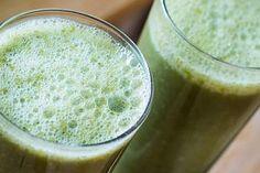 De groene smoothie met Alpine blond tarwekiemen en rauwe cacao verdeeld over twee glazen. Kiwi en matcha geven een frisse uitstraling