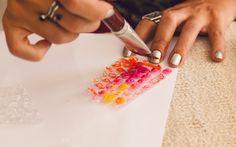 Pincele a superfície das bolhas de ar com diferentes cores de tinta guache, misturado mesmo. Foto: Edu Cesar