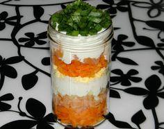 zadanie - gotowanie: Warstwowa sałatka z wędzonym łososiem.