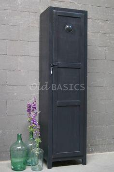 Locker Isac 10090 (zwartgrijs) - Smalle lockerkast met een mooie eenvoudige vormgeving. De kast heeft stoere details zoals het ijzeren slot en ventilatierooster. Ideaal voor kleine ruimtes of kinderkamers!
