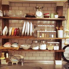 女性で、のかべがみや本舗/DIY 棚/水切りカゴなし生活/ディアウォール棚/狭い キッチン…などについてのインテリア実例を紹介。「ダイソーで見つけたニンニクをぶら下げて見ました^ ^ 昔は100均でこんなの買えなかったなぁ〜〜」(この写真は 2016-05-19 20:19:30 に共有されました) Kitchen Spice Racks, Kitchen Shelves, Diy Kitchen, Kitchen Storage, Kitchen Decor, Happy Home Designer, Living Room Tv, Colorful Furniture, Room Interior