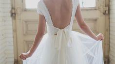 Soeur Coeur Brautcouture // Brautkleid mit zartem Tüll. Brautkleid rückenfrei mit atemberaubender Schleife.
