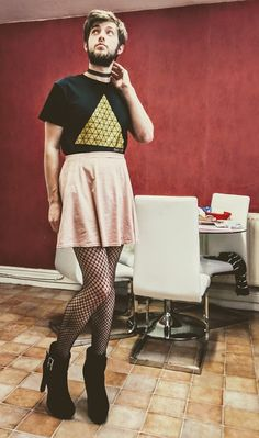 Even a mans old and dull black tee can be matched with short skirt and heels! Queer Fashion, Androgynous Fashion, Mens Fashion, Androgynous Girls, Urban Fashion, Mode Alternative, Alternative Fashion, Guys In Skirts, Men Wearing Dresses